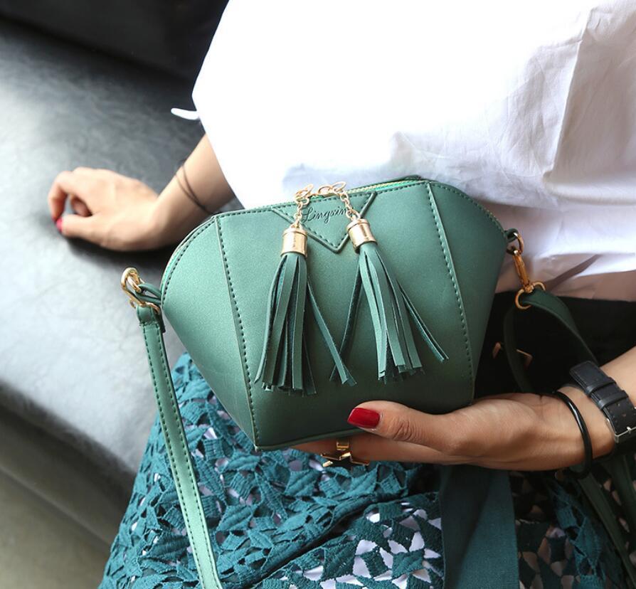 dm prime fênix modelo com a bolsa de cor verde